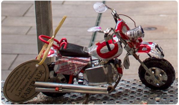 Motorcykel af genbrugte konservesdåser.