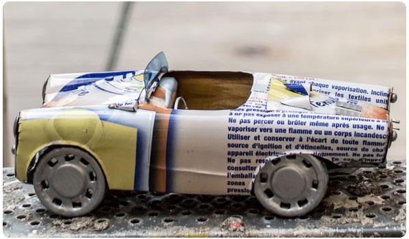 Amerikanerbil af genbrugte konservesdåser.