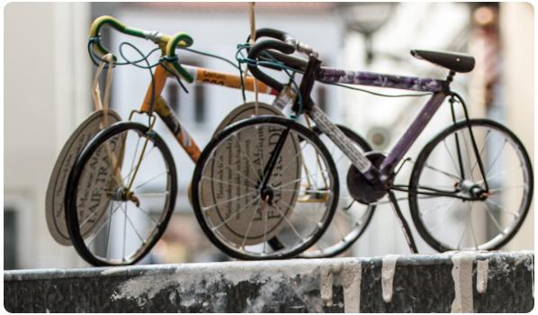 Cykler af genbrugte konservesdåser.
